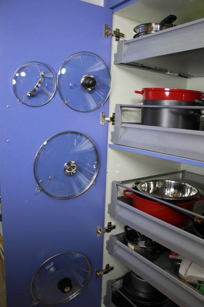 Organizar a casa, tampas de panela na porta do armário